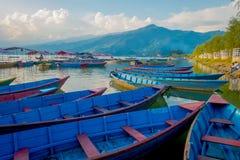 Pokhara Nepal, Wrzesień, - 04, 2017: Piękny widok błękitne łodzie lakeshore w Pokhara mieście, Nepal Obraz Stock