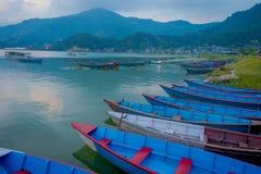 Pokhara Nepal, Wrzesień, - 04, 2017: Piękny widok błękitne łodzie w jeziorze w Pokhara mieście, Nepal Zdjęcia Royalty Free