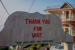 POKHARA, NEPAL, WRZESIEŃ 04, 2017: Pouczający znak dziękuje ciebie dla wizyty pisać nad skałą przy końcówką lub błagać Zdjęcia Royalty Free