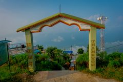 POKHARA, NEPAL, WRZESIEŃ 04, 2017: Pouczający znak dziękuje ciebie pisać nad filarem drylująca bramy struktura przy Obraz Royalty Free