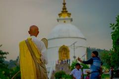POKHARA, NEPAL, WRZESIEŃ 04, 2017: Zamyka up michaelita jest ubranym żółtego typowego odzieżowego odprowadzenie piękny brylant Obrazy Royalty Free