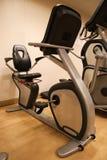 Pokój z gym wyposażeniem w sporta klubie, sporta klubu gym, zdrowie i rekreacyjnym pokoju, Zdjęcie Royalty Free