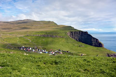 Pokojowa daleka wioska w zielonej dolinie przegapia morze Zdjęcia Stock