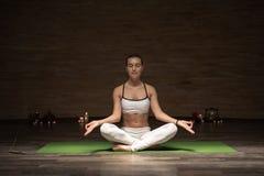 Pokojowa dama medytuje podczas gdy być samotny z zamkniętymi oczami zdjęcia stock
