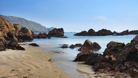 Pokojowa piaskowata plaża w Guernsey Obraz Royalty Free
