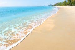 Pokojowa plażowa scena w Tajlandia, egzotycznych tropikalnych plaża krajobrazach i błękitnym morzu pod błękitnym tłem, Rel obrazy stock