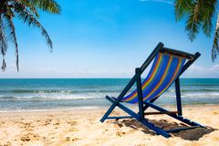 Pokojowa plażowa scena w Tajlandia, egzotycznych tropikalnych plaża krajobrazach i błękitnym morzu pod błękitnym tłem, Rel obrazy royalty free
