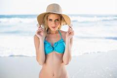 Pokojowa seksowna blondynka w bikini bawić się z jej słomianym kapeluszem Zdjęcia Royalty Free