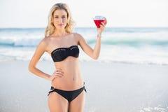 Pokojowa seksowna blondynka w eleganckim bikini mienia koktajlu Obraz Royalty Free