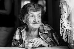 Pokojowa starsza szczęśliwa kobieta, czarny i biały portret Obraz Stock