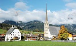 Pokojowa wioska i kościół Hochkoenig górami w Austria | Zdjęcia Stock