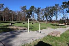 pokojowi amfiteatrów siedzenia z bocznym spacerem i zieloną trawą obraz royalty free