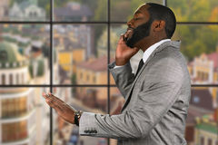 Pokojowy afroamerican facet z telefonem komórkowym Obrazy Royalty Free