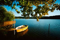 Pokojowy atmosfery jezioro, łodzie i molo, obrazy stock