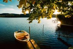 Pokojowy atmosfery jezioro, łodzie i molo, obraz royalty free