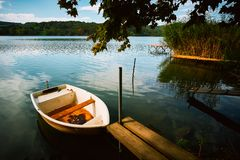Pokojowy atmosfery jezioro, łodzie i molo, fotografia royalty free