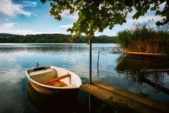 Pokojowy atmosfery jezioro, łodzie i molo, zdjęcie royalty free