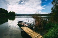 Pokojowy atmosfery jezioro, łodzie i molo, obrazy royalty free