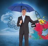 Pokojowy biznesmen trzyma błękitnego parasol Obraz Stock