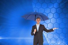 Pokojowy biznesmen trzyma błękitnego parasol Zdjęcia Stock