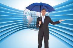 Pokojowy biznesmen trzyma błękitnego parasol Fotografia Royalty Free