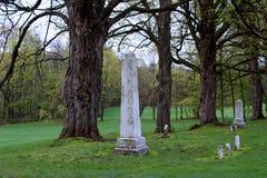 Pokojowy cmentarz z zieloną trawą robiący manikiur gazony i wietrzejący headstones, Saratoga zabytek, Schuylerville, Nowy Jork, 2 zdjęcia royalty free