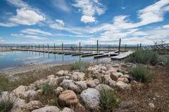 Pokojowy dok i molo wzdłuż Bridger Trzymać na dystans w Wielkim Salt Lake wśrodku antylopy wyspy stanu parka fotografia royalty free