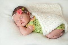 Pokojowy dziecka lying on the beach na łóżku podczas gdy śpiący w jaskrawym pokoju zdjęcia stock