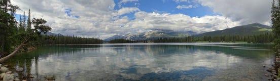 Pokojowy i spokojny Lac Beauvert z majestatyczn? g?r? Merlin w tle, fotografia royalty free