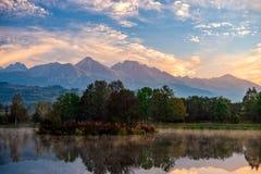 Pokojowy jesień krajobraz z spokojnym jeziorem zdjęcia royalty free