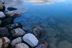 Pokojowy jeziorny brzeg zdjęcia stock