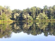 Pokojowy jeziorny brzeg w wiejskim Niewolnym okręgu administracyjnym, Illinois fotografia stock