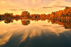 Pokojowy jezioro pod zmierzchem obraz royalty free