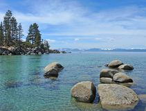 Pokojowy jezioro przy piaska schronieniem obraz royalty free