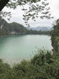 Pokojowy jezioro za górą obrazy stock
