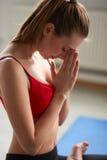 Pokojowy joga, zdrowi sporty kobiet dzięki i namaste pojęcie, Zdjęcie Stock