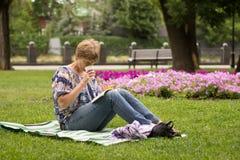 Pokojowy kobiety obsiadanie, czytanie i książka zdjęcie royalty free