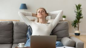 Pokojowy kobiety rozciąganie po koniec komputerowej pracy na wygodnej kanapie obraz stock