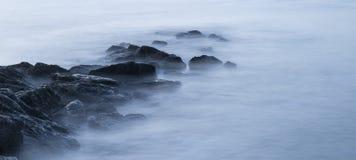 Pokojowy krzyż przetwarzał krajobrazowego wizerunek spokojny morze nad skałami Fotografia Royalty Free