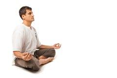 Pokojowy mężczyzna medytować odizolowywam nad bielem zdjęcie royalty free