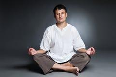 Pokojowy mężczyzna medytować odizolowywam nad zmrokiem Obrazy Royalty Free