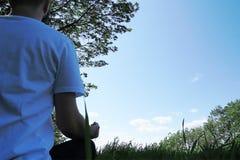 Pokojowy mężczyzny medytować outside w cieniu drzewa zdjęcie royalty free
