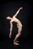 Pokojowy młody gimnastyczki spełnianie w zmroku zaświecał studio zdjęcia stock