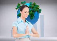 Pokojowy młody bizneswomanu modlenie Obraz Stock