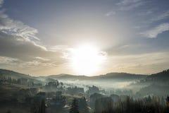 Pokojowy mglisty krajobraz, wiejska jesieni panorama pod jaskrawy błękitnym obraz stock