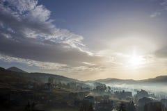Pokojowy mglisty krajobraz, wiejska jesieni panorama pod jaskrawym niebieskim niebem przy świtem lub półmrok, Ładny w budowie i m obrazy royalty free