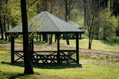 Pokojowy miejsce, gazebo nad pięknym czystym jeziorem Wiosny seaso Fotografia Royalty Free