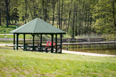 Pokojowy miejsce, gazebo nad pięknym czystym jeziorem Wiosny seaso Zdjęcia Royalty Free
