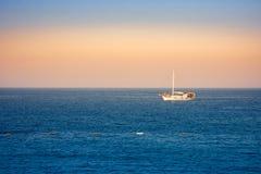 Pokojowy morze krajobraz z łodzią w wieczór colours obrazy stock