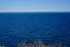 Pokojowy morze z niebieskim niebem w tle obrazy royalty free